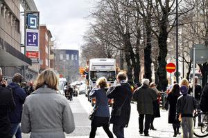 Brynäs spelare och ledare anlände till centrala Gävle på ett lastbilsflak. Många skyndade sig för att få en skymt av dem när de kom åkande på Kunsgatan mot Stortorget.