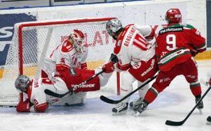 Mikael Zettergren sätter här 1–0 för Mora. Till slut blev det 4–0 mot Troja, men spelet var allt annat än underhållande, men likväl tre viktiga poäng för hemmalaget. Foto: Gunnar Bäcke/DT