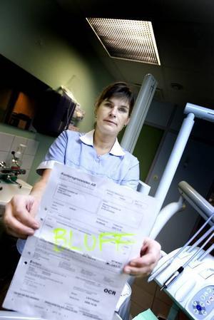 nära bli lurad. Det var nära att Carina Stridh på tandvårdskliniken Munhälsan betalade fakturan på nära  2 900 kronor, men upptäckte i sista minuten att det var en bluff.