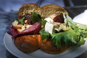 Cranberry Delight – gjord av dinkelbröd med sallad, kyckling, brie, kantarellkräm och tranbärschutney.