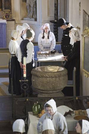 TIDSRESA. Konfirmander i Nykvarn fick i veckan uppleva en tidsresa till 1803. Foto: Mattias Holgersson