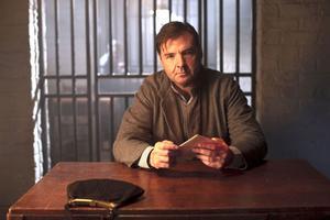 Mrs Bates (Brendan Coyle) fru Anna fortsätter att kämpa för att få ut sin morddömde man ur fängelset.