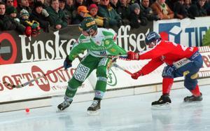 Februari 1999. Mats Rönnqvist åker snålskjuts på Göran Rosendahl.