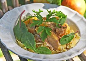 Äppelfläsk är en gammal svensk rätt, nu uppdaterad med pasta och blandade blad.