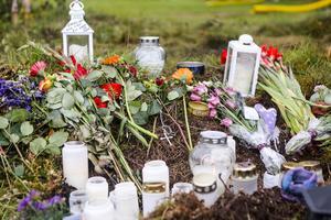 Många vill minnas den omkomne 20-åringen och har lämnat blommor och ljus vid olycksplatsen.