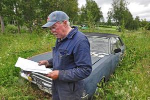 Den gamla bilen står i långgräset bakom Bertils garage, snudd på inne i en hästhage och har inte varit ute på vägarna på tio år.