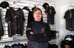 I Jespers butik i Avesta säljs bland annat det egna teamets, Fnatics, lagtröjor. Jesper berättar att Fnatic har fans över hela världen och att han själv blir igenkänd i stort sett överallt.