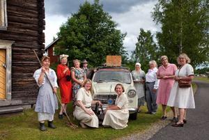 Föreningen Flåsjäntan klär sig i 1940-talskläder och hoppas att fler ska göra detsamma. Stående från vänster Lena Näsström, Mona Asservall, Laila Sambjörs, Gaby Thomasson, Birgitta Ytfeldt, Kicki Thorpemo, Helga Kunze och Karin Fristadius. Sittande framför bilen Regina Ahlf och Monika Näsström. Bilen är en Fiat 1100 special från 1961.