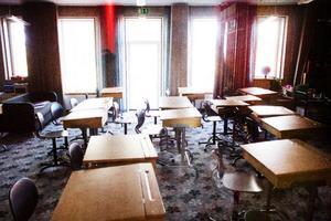 Klassrummen i skolan är moderna och stilrena med en heltäckningsmatta som täcker hela golven.