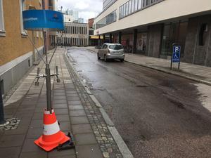 På Kungsgatan bakom Hemköp har en vattenpost öppnats där drabbade kan hämta vatten.