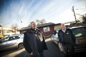 Örjan Cahling från Ljusdals taxi och Bert Edman som har sitt eget taxibolag är upprörda och fasar för att de ska behöva lägga ned sina verksamheter.
