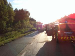 En person avled och två personer skadades när två bilar krockade på E14 i höjd med Lomtjärn.