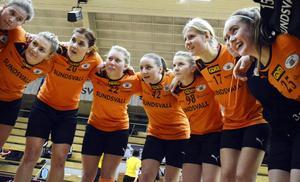 Frida Eriksson och Louise Eriksson jublar med resten av laget efter segern över Tyresö-Trollbäcken.