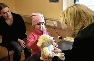 Smådjursklinik. Ellen Harjukoski fick Fåris undersökt av veterinär Camilla Kruse medan Lotta Arvidsson tittade på. CAmilla konstaterade att han stukat ena frambenet vid något vilt hopp och att han behövde bandage och vila ett par dagar.