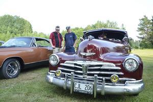 Luftfjädring. Åke Lovén från Lindesberg har klagt ned oräkneligt antal timmar på sin Chevrolet Fleetline 1948. Den har luftfjädring och går att sänka visar han Anders Nilsson.