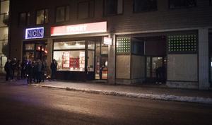 Utanför Nigin på Kyrkgatan samlas det många personer. Vid tre olika tillfällen under kvällen och natten står unga män och spyr utanför lokalen.