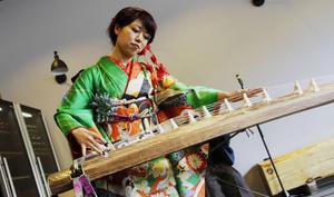 Ko Kakinokihara spelar koto, ett japanskt stränginstrument.