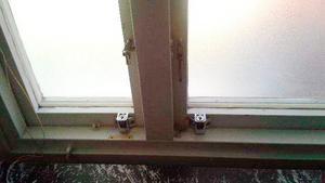 Styvpappan ska ha satt upp folie för fönstret och låst dörren till rummet där pojken fick sitta. Han ska också ha installerat kameror i bostaden för att hålla koll på familjen.