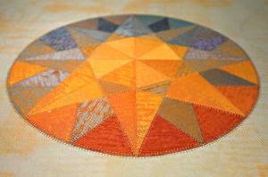 Collage. Margareta Krantz visar textila blandcollage.