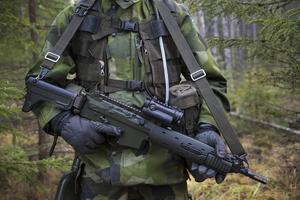 AK5:an får aldrig förvaras längre än 1,25 meter ifrån rekryten under fältövning.
