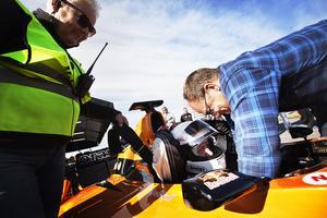 Johan Rajamäki för hjälp av arrangören Leif Andreasson med att sätta fast säkerhetsbältet i F-bilen.