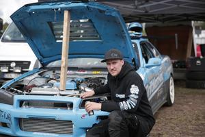 Niklas Frolund framför sin driftingbil.