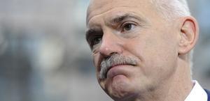 Avgår. Greklands premiärminister Giorgos Papandreou meddelade på söndagen att han avgår. Nu ska en koalitionsregering styra landet, de kommer att tvingas ta beslut om tuffa neddragningar i välfärden.