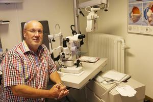 Ulf Sperring trivs med sitt yrke. Här sitter han i undersökningsrummet, på näsan har han ett par ultralätta Silhouette, ett österikiskt märke som är förbjudet att piratkopiera.