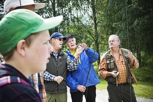 Anton Hedman (i förgrunden) spenderar sommarlovet med att lära sig flugfiska. Bredvid står Lars-Olof Andersson, Martin Libeck och Tommy Hagman.