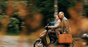 """Mot solen. Georg (Sven-Bertil Taube) och hans tjuvaktiga hemhjälp Maria (Rebecca Ferguson) söker livets rätta väg i """"En enkel till Antibes""""."""