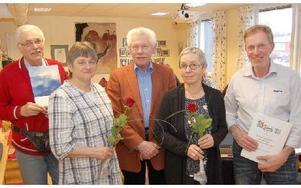 Jan Wallin, i mitten, överlämnade miljöpriset till fyra fäbodrepresentanter, från vänster Kjell Hjort, Inez Lärke, Aina Persson och Jan Bergman. Foto: Kent Olsson/DT