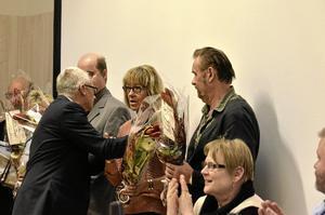 Olika tider. Fullmäktiges presidium och ordförande Bengt Storbacka tackade i tisdags ledamöter som slutar efter olika långa tjänstgöringstider i Lindesberg fullmäktige.  Foto: Michael Landberg