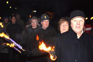 Högtidligt i Sundborn i julhelgen. Här är det fackeltåg på väg mot julotta.
