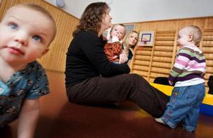 Mammorna LT träffat tycker att det är värdefullt att de fått möjlighet att gå föräldrautbildning och hoppas att alla föräldrar får chansen i framtiden.Från vänster Milla Larsén, Monica Hellman med sonen Leo i knät, och Jonna Lagercrantz. Foto: Håkan Luthman