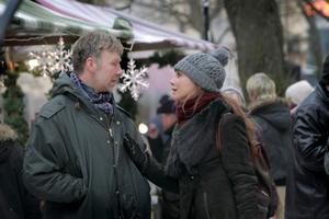 """Erik och Simone dras med stora problem i sitt äktenskap. Hela deras tillvaro förändras i ett slag. Mikael Persbrandt och Lena Olin är de stora stjärnorna i """"Hypnotisören""""."""