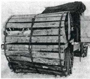 2. Farkosten drevs av två stora trähjul sammansatta på en ram. Under den 47 dygn långa färden blev det ständiga reparationer. Foto: W. Lindström.