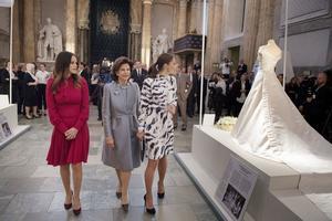 """7395a4ba6db4 Prinsessan Sofia, drottning Silvia och kronprinsessan Victoria vid  invigningen av utställningen """"Kungliga brudklänningar 1976"""