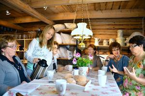 Lekebergsrundan. Jette Bergström, Liv Nordkvist som serverar kaffe, Sonnie Lindberg, Mia Jansson, Lisbeth Hagsten och Anki Nilsson planerar för Lekebergsrundan den 2-3 juli.