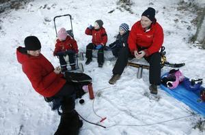 Katarina, Linnea, William, Viktor och Johan Eriksson tog en fikapaus i snön. De hade tagit med sig pulkor och kälkar vilket är förbjudet i skidbacken. De var därför hänvisade till pulkabacken där det än så länge är lite skralt med snö.