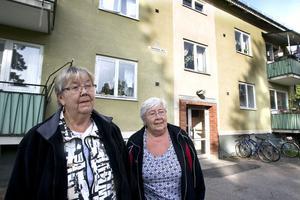 Systrarna Anna-Lisa Andersson och Inga-Britt Eriksson måste flytta från Centralgatan 16. Deras hem kommer att rivas under 2011, har Hudiksvallsbostäder beslutat.