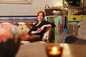 Många är nyfikna på Textilmakarnas saker som finns i kaféet, berättar Anna Torstensson.