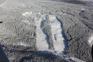 De södra backarna ser inbjudande ut, men enligt Johan Larsson räcker det naturliga snötäcket inte till.