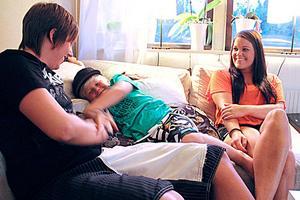 Sofie Johansson har blivit mannen i huset, men drar sig inte för att mysa i soffan med Elliot och flickvännen Caroline Olsson.