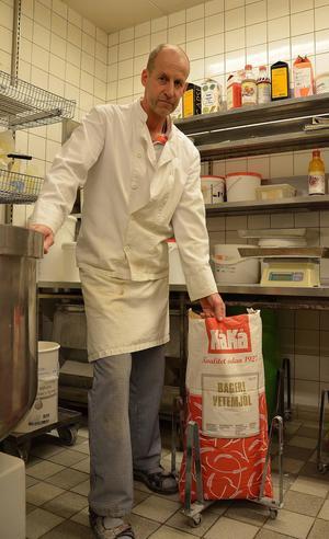 Johan Svensson får astma av mjöldammet och tvingas nu både sälja bageriet och byta yrke.