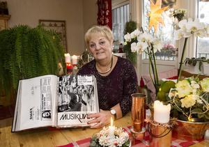 Marianne Lindström, sopran i Sundsvalls Kammarkör, visar upp en av sina 43 pärmar med tidningsurklipp, en för varje år.
