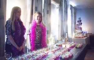 Evelina Tapper och Smilla Löfstrand bjuder på fördrinkar.