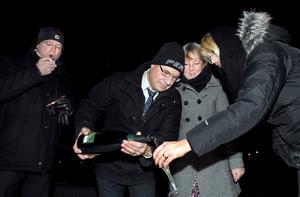 """Gott nytt år. Håkan Thelin, Jörgen Kuusela, Maria Kuusela och Camilla Thelin skålade in det nya året i hamnen. """"Vi har haft ett toppenbra år med allt utom golfen"""", säger Jörgen."""