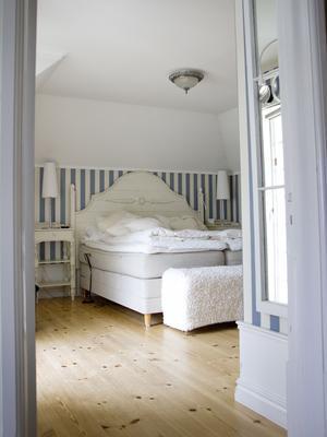 Master bedroom en trappa upp.