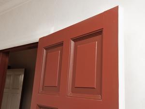 Genom att måla de djupaste profilerna i en lite mörkare ton får dörrarna ännu mer liv.