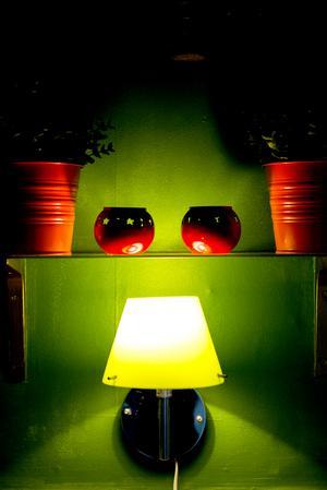 Små lampor och många tända ljus gör att färgerna träder fram än mer.